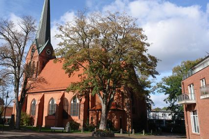 Kirchengebäude mit Bäumen - Copyright: Ev.-Luth. Kirchengemeinde Schwarzenbek