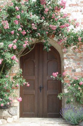 Rosenumkränzte Eingangstür der Andreaskirche Kuddewörde