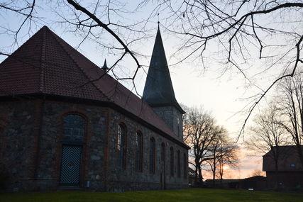 Blick auf die Siebeneichener St. Johannis Kirche im Licht der untergehenden Sonne - Copyright: Stefan Wilmer